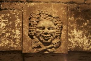 Une des figures sculptées dans la pierre de la cave